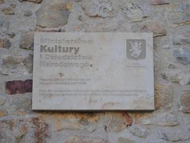 Prace konserwatorskie i renowacyjne północnej części fortyfikacji średniowiecznych położnych przy ul. Wojska Polskiego (tablica pamiątkowa)