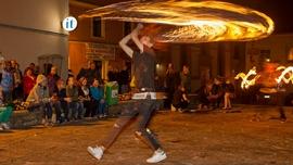Nocne zwiedzanie miasta, występ Teatru Ulicznego TUB - pokaz Fire Show