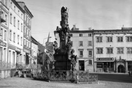 Plac Wolności, figura Trójcy Świętej z 1736 r., fot. Tadeusz Scelina (ok. 1950 r.)