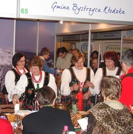 Targi turystyczne we Wrocławiu 2009 r. - degustacja regionalnych potraw przygotowana przez Koło Gospodyń Wiejskich