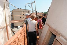 Brama Wodna przy ul. Podmiejskiej w trakcie remontu - wizyta konserwatora zabytków